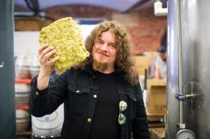 Gitarist Fredrik Akesson met zijn eigen biertje